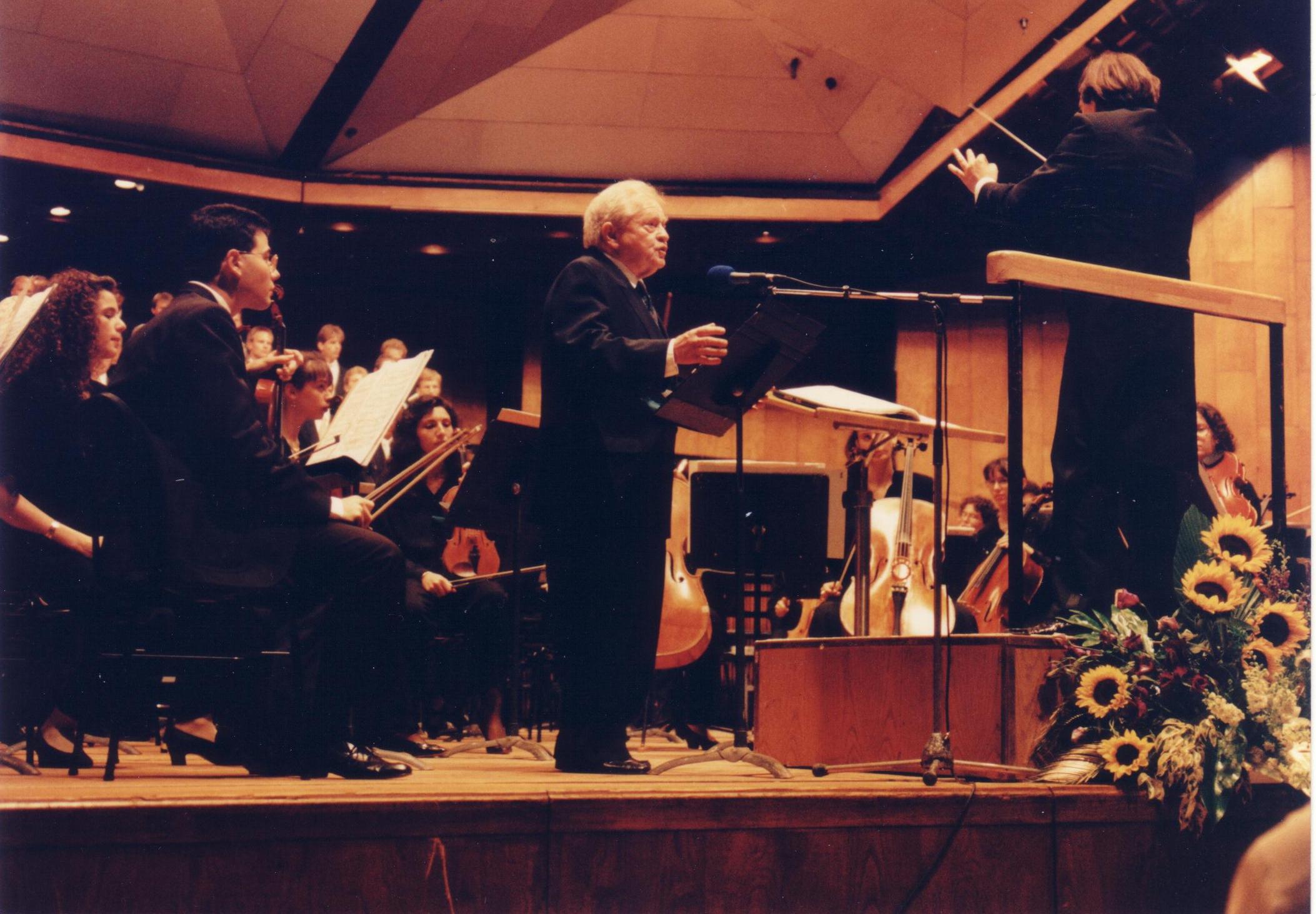 Rezitator Samuel Segal beim Schönberg im Konzert
