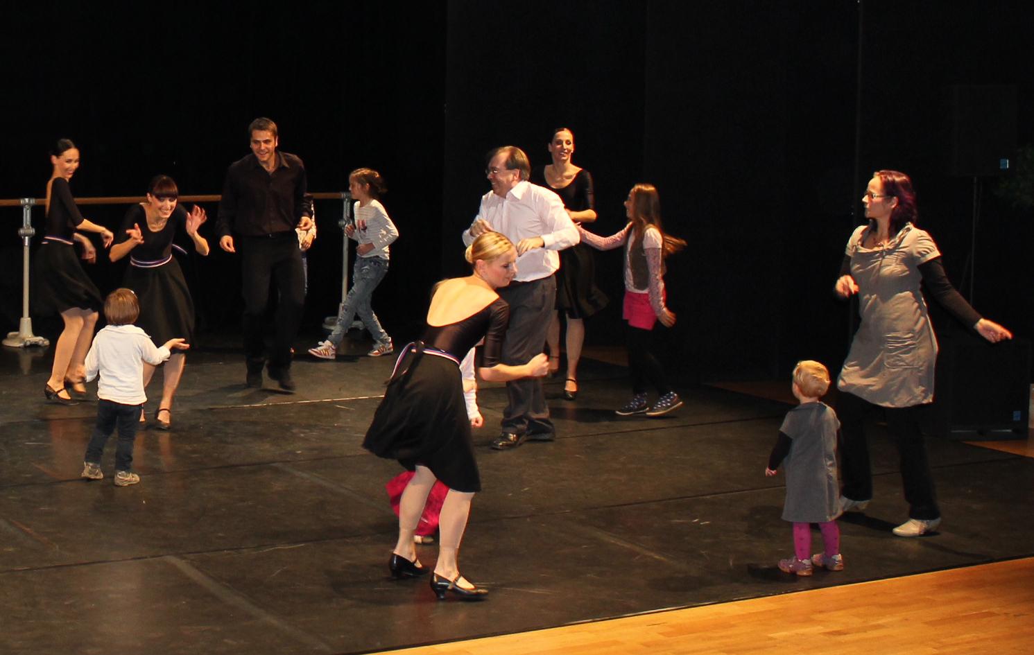 """Hier hieß das Thema """"Tanz"""" und die Kinder tanzen mit den Profis vom Ballett. Und der Moderator auch….."""