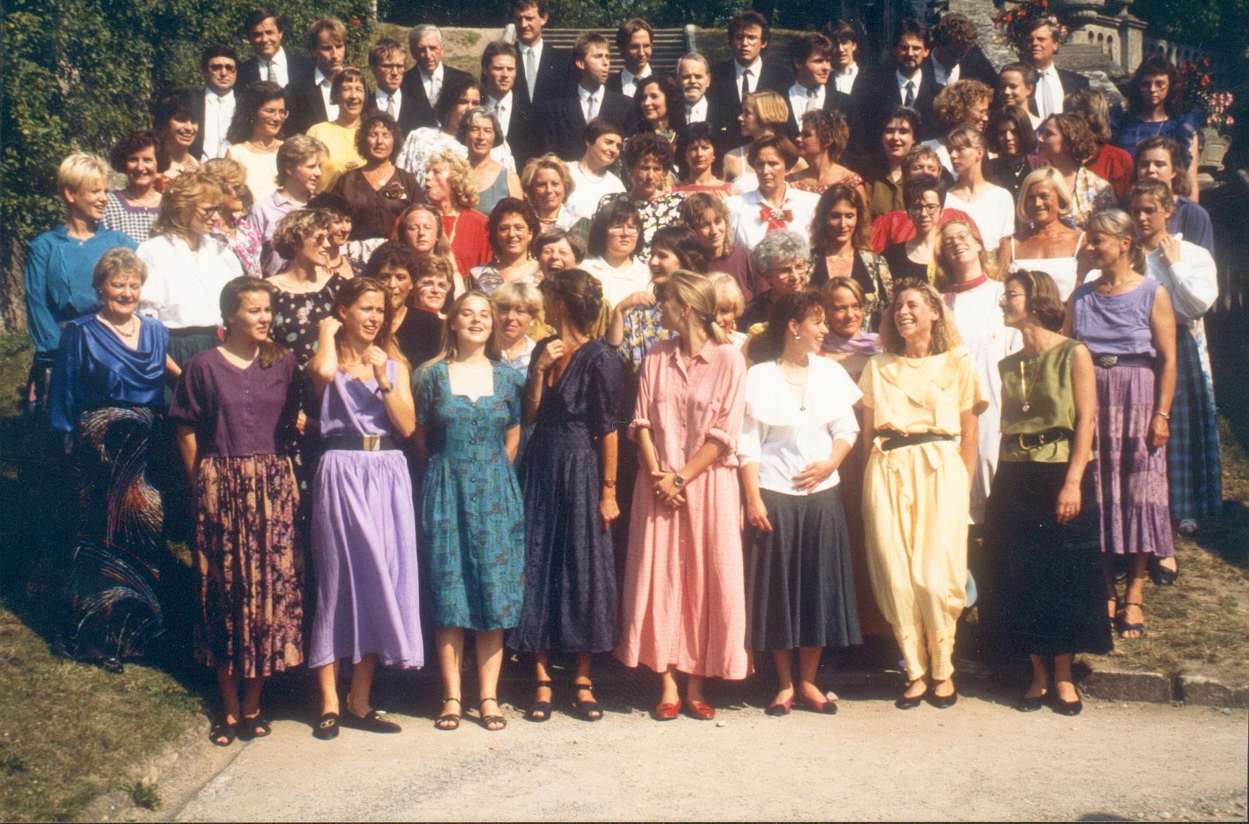 Der Bachchor war immer ein gut aussehender Chor. Viele StudentInnen prägten das Erscheinungsbild. Wie man hier sieht ... – 1985 im Hofgarten
